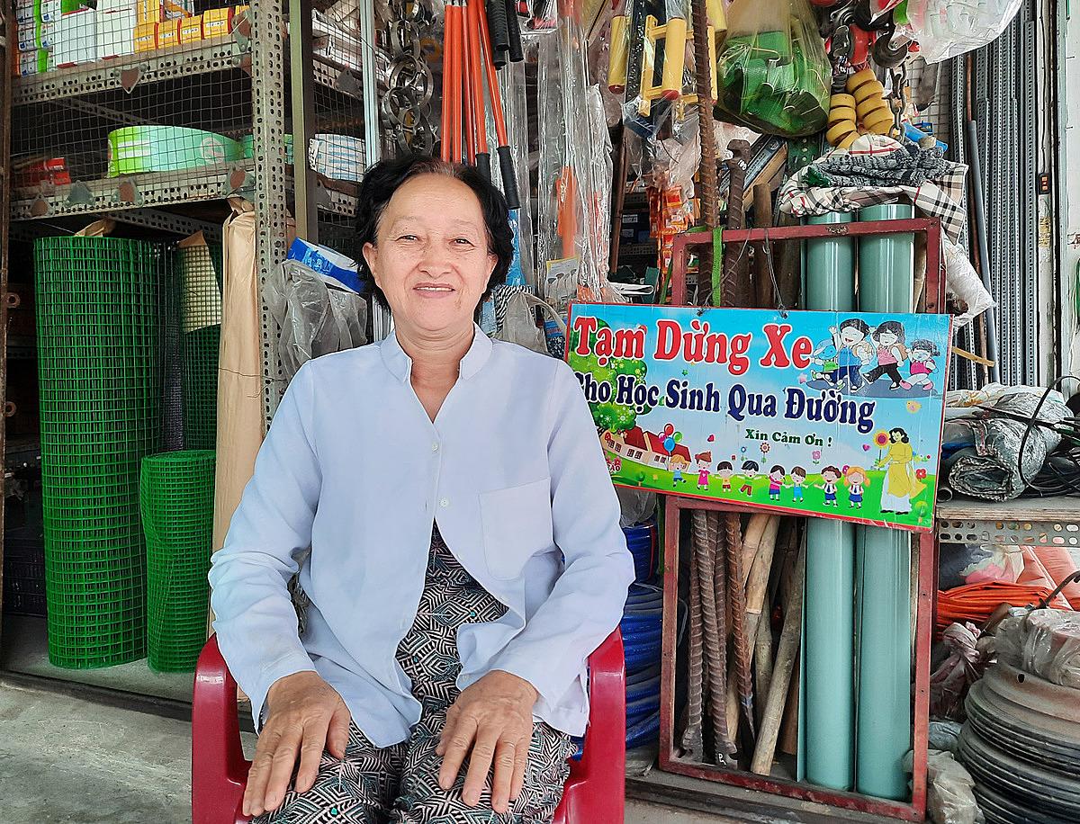 Bà Phượng mở cửa hàng bán phụ tùng điện nước trên đường Hưng Nhơn, ấp 3, xã Tân Kiên, cách trường THCS Tân Kiên khoảng 300 mét. Ảnh: Diệp Phan.