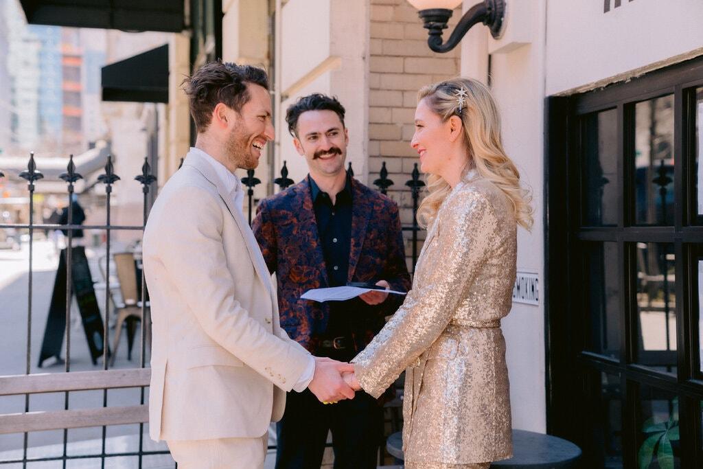 Quá mệt mỏi phải trì hoãn đám cưới vì Covid-19, Glantz và Kossoff đã tổ chức hôn lễ bên vỉa hè hôm 19/3 với chi phí chưa tới 1.000 đôla. Ảnh: Nytimes.
