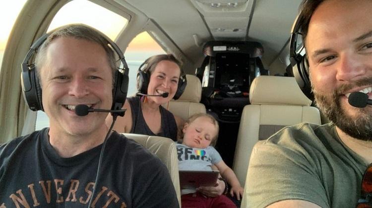 Vợ chồng Erik chụp ảnh với phi công Peck trong chuyến bay cứu trợ miễn phí. Ảnh: Fox5.