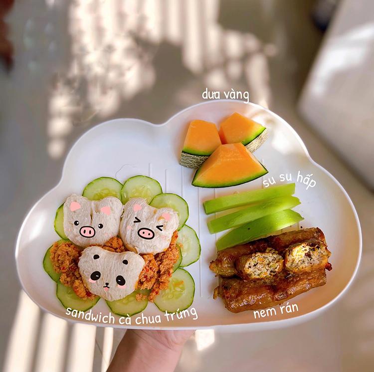 Từ khi Dứa được 6 tháng, chị Minh bắt đầu nấu ăn cho bé. Hiện tại Dứa được 10 tháng nên ngày bé ăn 3 bữa chính và 1 bữa phụ.
