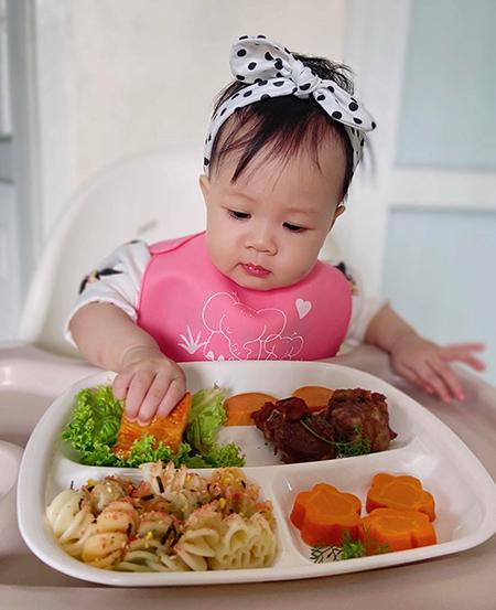 Dứa dù mới 10 tháng, chưa có chiếc răng nào nhưng ăn thô rất tốt. Cô bé cũng thường ăn hết sạch bách những đĩa cơm mẹ làm cho mình.