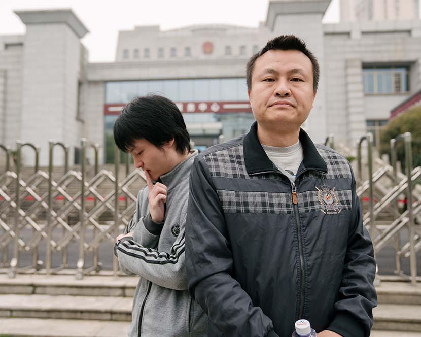 Sun (trái) và bạn đời Hu (phải) trước trụ sở tòa án. Nhiều năm qua họ vận động chính sách để giành công bằng cho cộng đồng LGBT. Ảnh: Sixthtone.