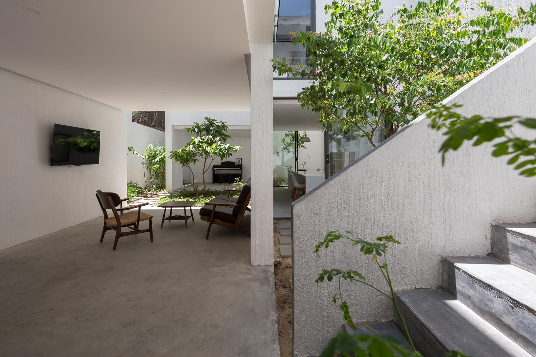 Diện tích khu đất gần 130 m2 nhưng gia chủ và nhóm thiết kế chỉ xây gần 60 m2, còn lại để cho sân vườn.