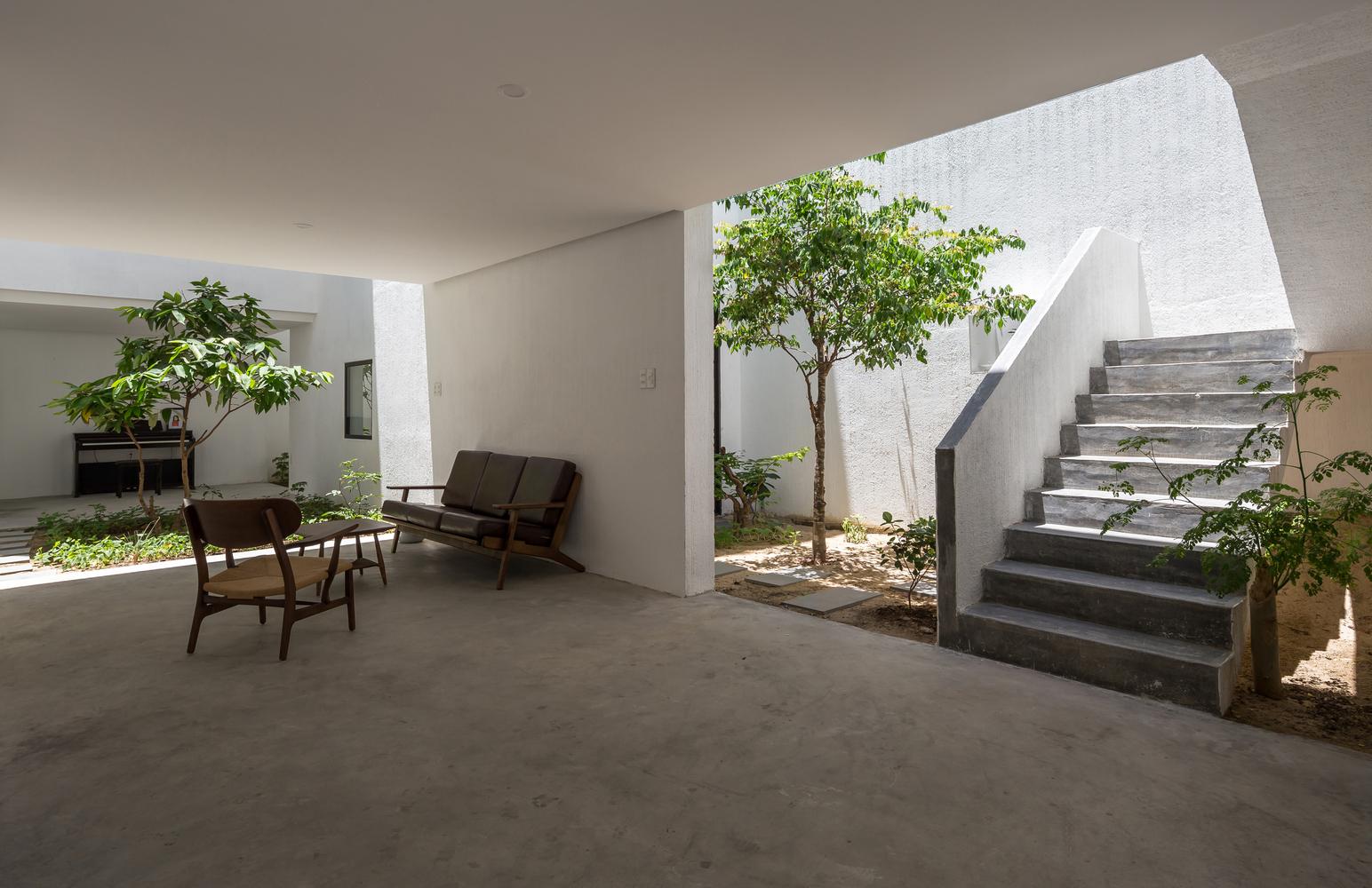 Thiết kế mở kết hợp với sân vườn tạo nên không gian sống gần gũi với thiên nhiên.