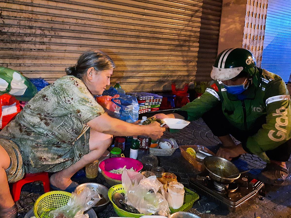 Hầu hết khách hàng đến quán thường xung phong chế biến phụ bà Lài. Ảnh: Diệp Phan.