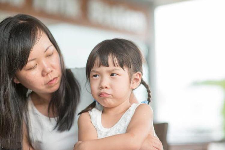 Trẻ có EQ thấp trong tương lai dễ trở thành người cô đơn, không biết vượt qua thất bại. Ảnh: sina.