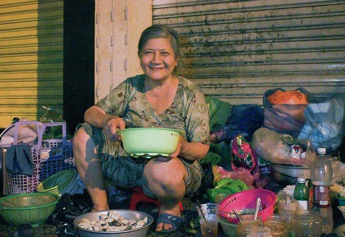 Quán ốc trên vỉa hè của bà Lài chỉ bán 4 món ốc và trứng vịt lộn, giá từ 30 - 50 nghìn đồng một phần. Ảnh: Diệp Phan.