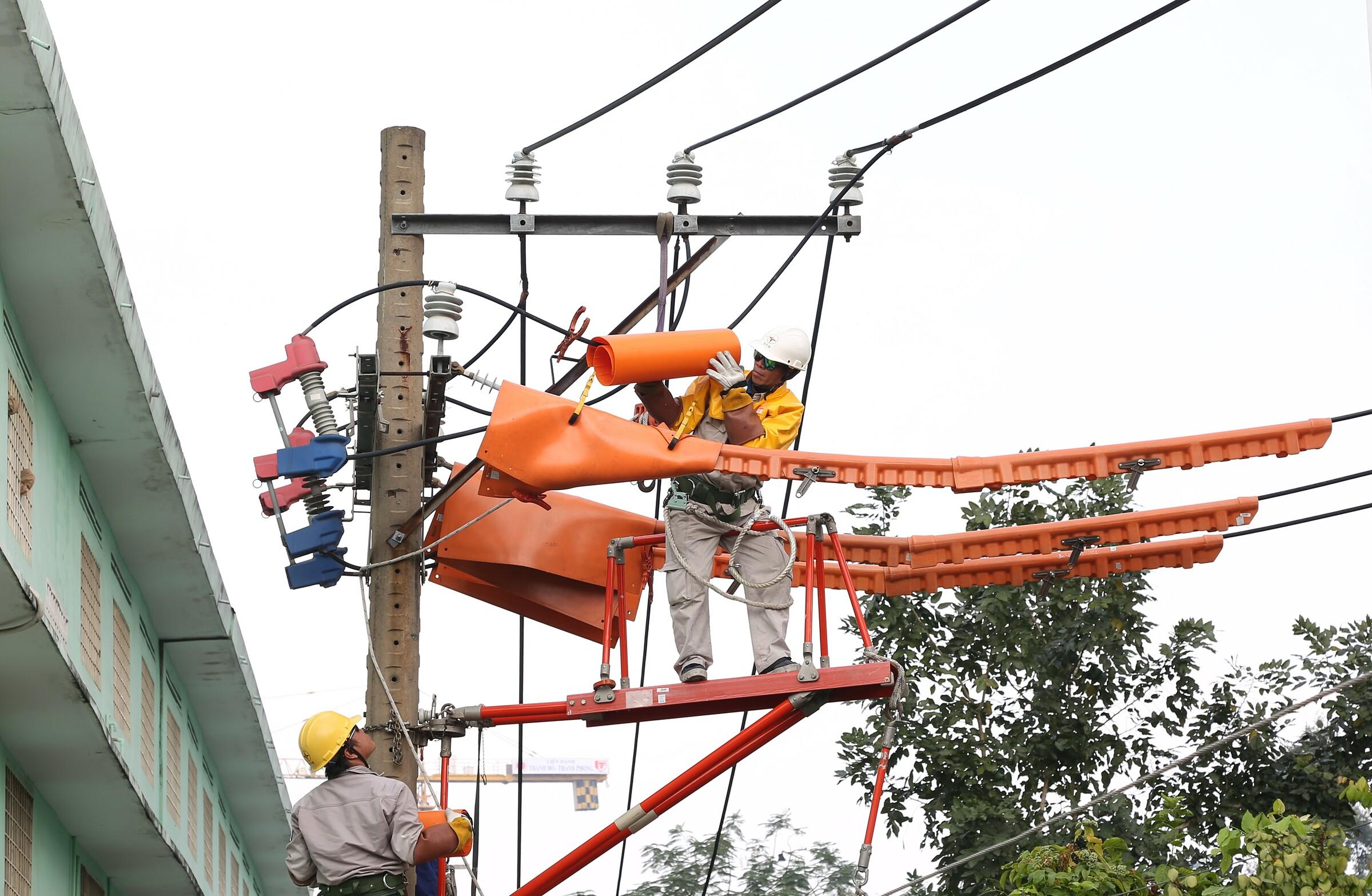 EVNHCMC tăng cường kiểm tra, đảm bảo cung cấp điện vào mùa mưa. Ảnh: EVNHCMC.