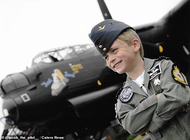 Cậu bé Jacob 7 tuổi đã tham gia buổi huấn luyện bay đầu tiên. Ảnh: Caters News.