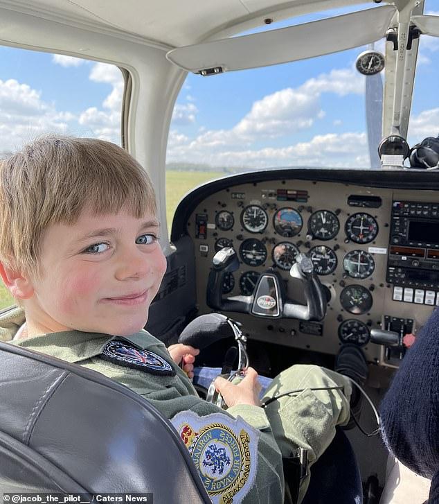 Jacob điều khiển chiếc máy bay lên độ cao 914 mét, hôm 18/4. Ảnh: Caters News.