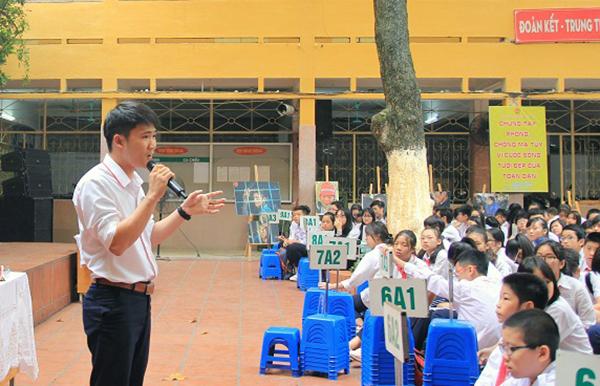 Lê Kim Tuân tuyên truyền về tác hại của ma túy với học sinh một trường cấp hai. Ảnh: Viện PSD.
