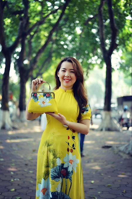 Lily Hoàng bên chiếc túi được tái chế từ vải may áo dài.