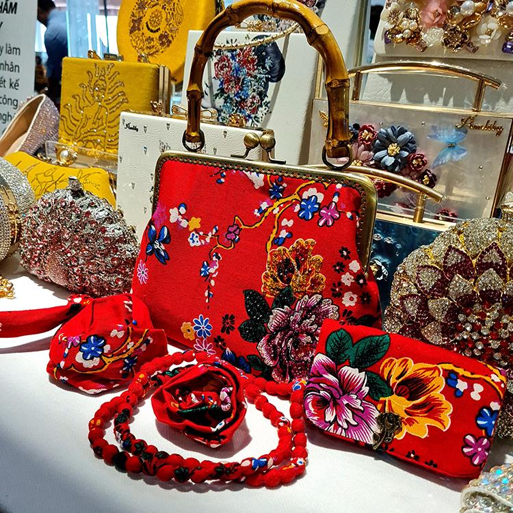 Bộ túi ví, phụ kiện được tái chế từ vỏ chăn con công thời bao cấp hơn 40 năm trước. Bộ này được Lily Hoàng tặng mẹ nhân dịp 8/3.