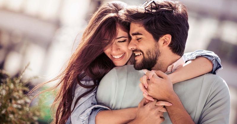 Nụ cười tạo nên sức hấp dẫn cho bạn. Ảnh: Healthline.