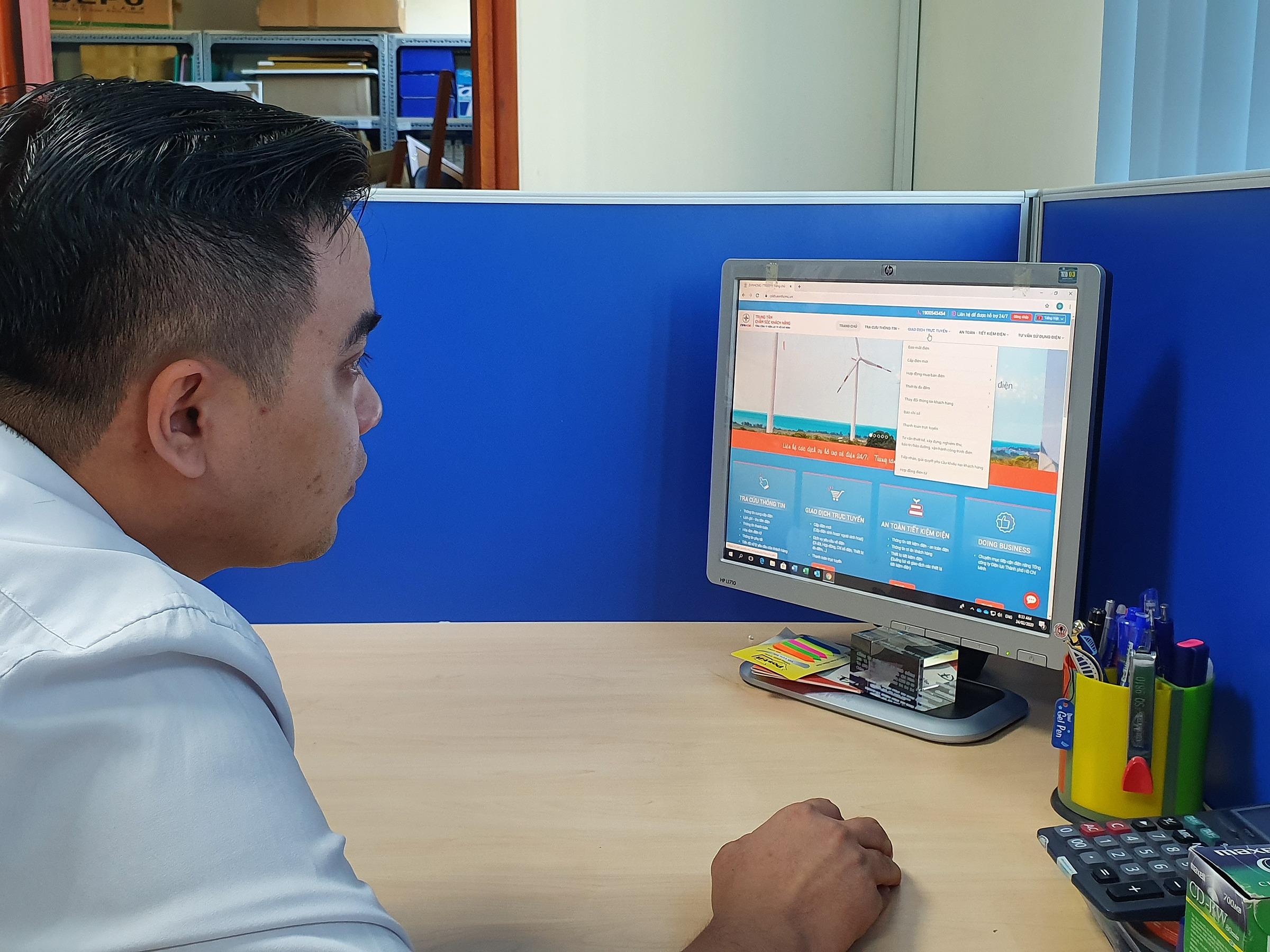 Người dùng thanh toán tiền điện trên website chăm sóc khách hàng của EVNHCMC. Ảnh: EVNHCMC.