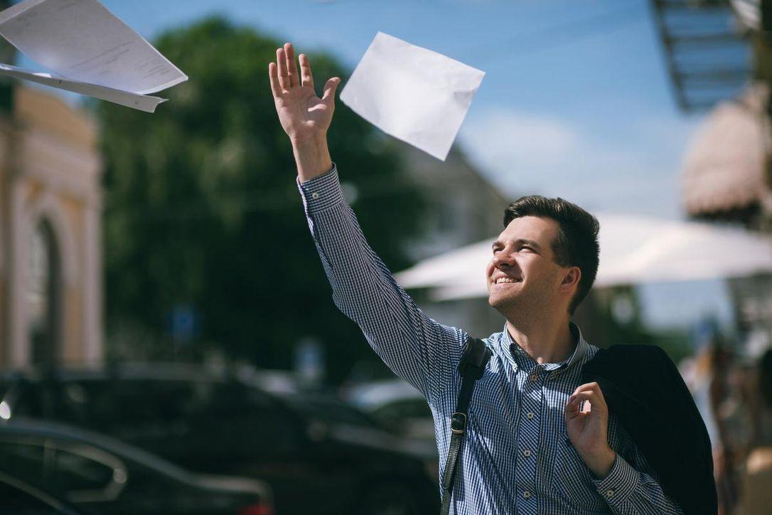 Có một bộ phận dân văn phòng Mỹ chán nản với áp lực công việc nên đang muốn nghỉ, để chọn lối sống YOLO. Ảnh: Thestar.