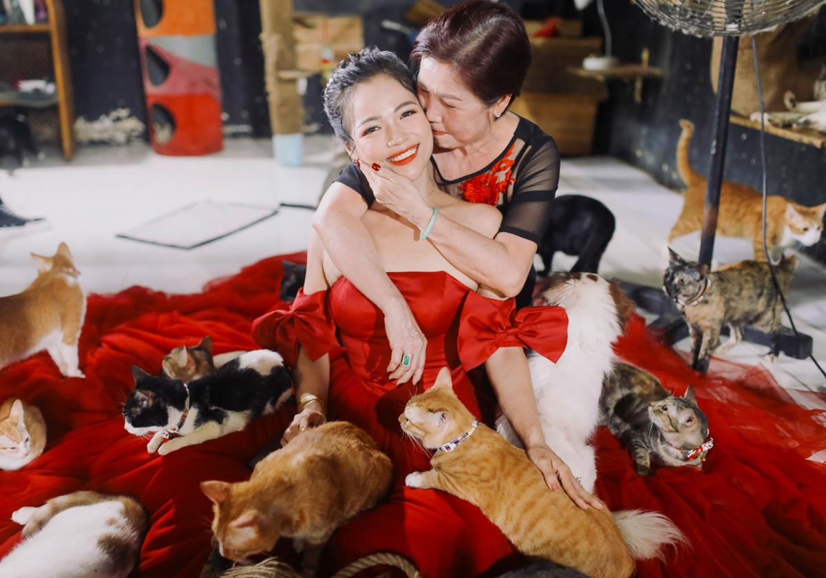 Tình yêu động vật của Như và Khánh lây sang gia đình hai bên. Tất cả họ đều đóng góp hàng tháng giúp các con nuôi chó mèo. Ảnh: Nhân vật cung cấp.