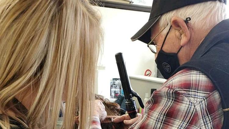 Ông lão thực hành làm tóc để về giúp vợ. Ảnh: SWNS.