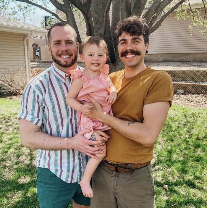 Matthew và bạn đời chuẩn bị hành trình du lịch trên xe cùng con gái gần 2 tuổi của họ. Ảnh: Bussiness Insider.