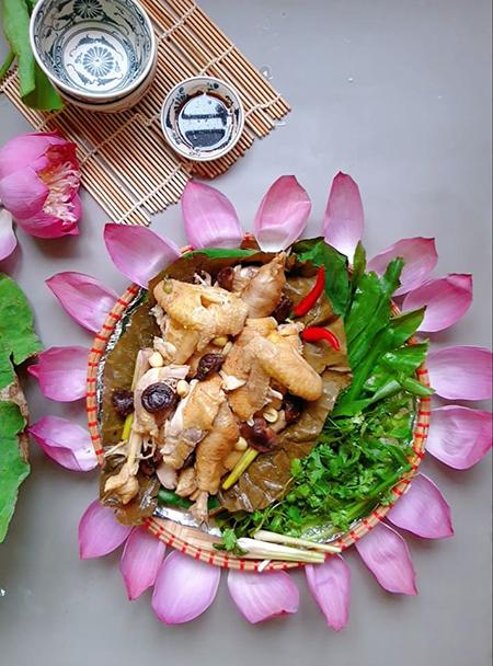 Thịt gà mềm, mọng nước; hạt sen bở, nấm hương thơm, thoảng mùi thơm từ lá sen. Món này ăn chơi, ăn kèm xôi hoặc cơm đều hấp dẫn. Ảnh: Bùi Thủy.