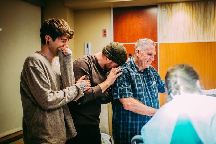 Ba người đàn ông xúc động trong ca sinh thường của Cecile. Ảnh: Bussiness Insider.