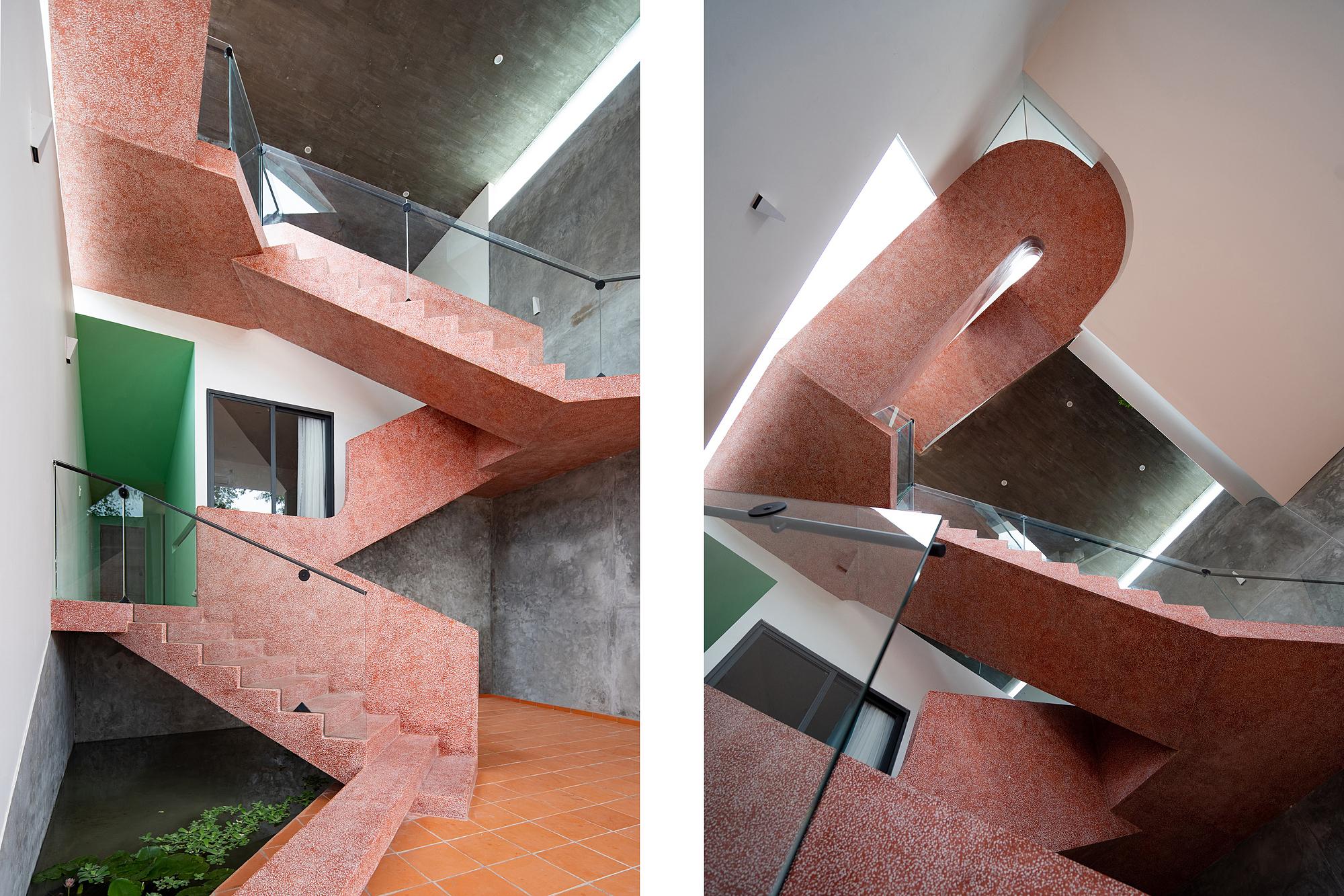 Cầu thang phía sau nhấn mạnh độ nghiêng của nhà và là điểm nhấn kết nối toàn bộ công trình.