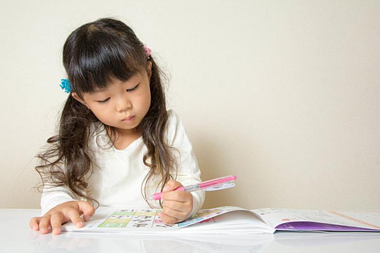 Những trẻ thuận tay trái thường thông minh. Ảnh: shutterstock.