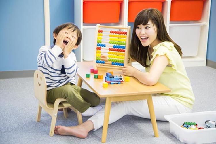 Cùng con chơi trò chơi trí tuệ sẽ giúp não phải trẻ phát triển tốt. Ảnh: shutterstock.