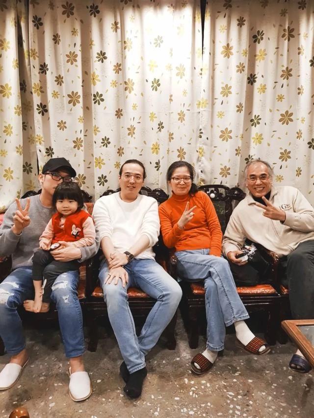 Vợ chồng Chen và hai con trai. Ảnh: Zhuanlan.