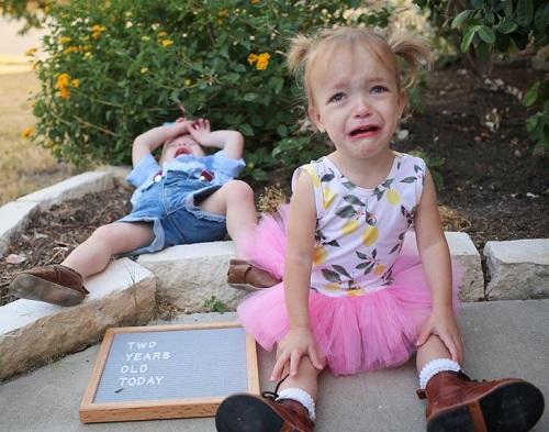 Đừng chỉ để ý đến con nhỏ mà không dành thời gian cho anh/chị của nó - cũng chỉ là trẻ con. Ảnh minh họa: Brightside.