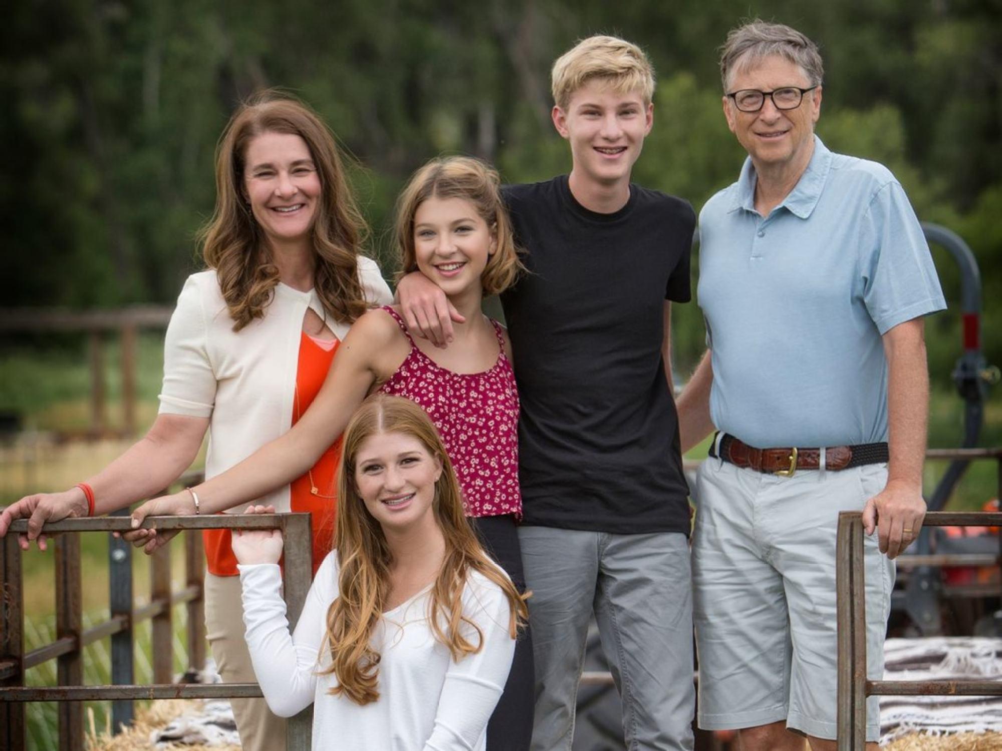 Gia đình Gates. Từ trái sang: Melinda, Jennifer (phía trước), Phoebe, Rory và Bill. Ảnh: Bill Gates.