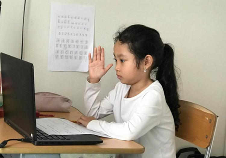 Học sinh Hà Nội tiếp tục phải học online tại nhà do dịch bệnh bùng phát trở lại. Ảnh: Hải Hiền.