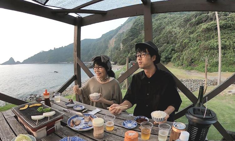 Hai vợ chồng hiện đang thực hiện chuyến du lịch vòng quanh Nhật Bản trên một chiếc xe cắm trại. Ảnh: cressonvoyage.com