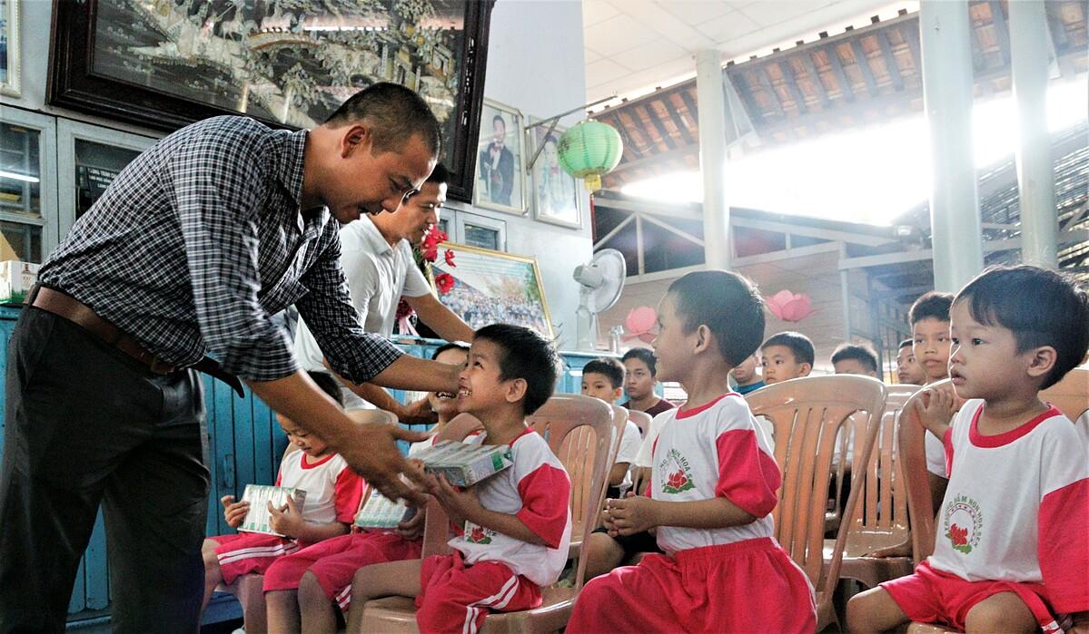 : Các em nhỏ tại (XIN ĐỊA ĐIỂM) nhận sữa từ chương trình Quỹ sữa Vươn cao Việt Nam trong năm 2020.