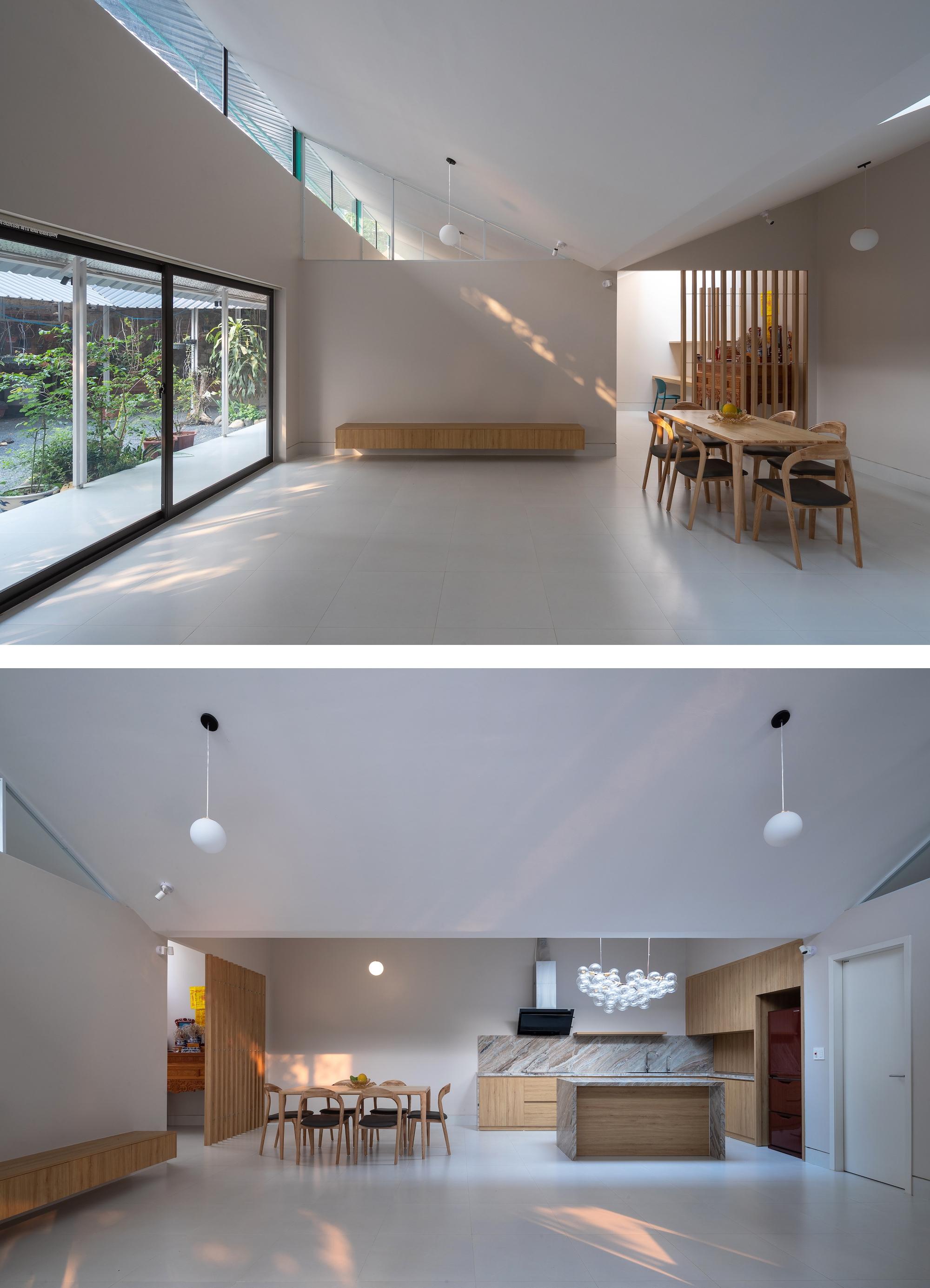 Không gian bên trong với điểm nhấn là trần chữ V. Việc sử dụng ít đồ đạc, màu sắc khiến căn nhà rộng, sáng và thoáng hơn.