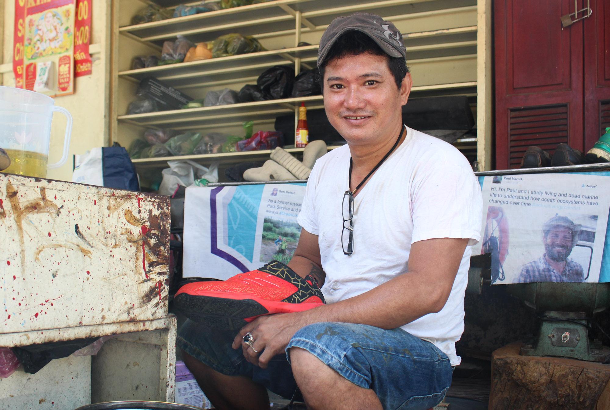 Anh Tuấn trong cửa tiệm cạnh nhà mình trưa ngày 4/5. Ảnh: Diệp Phan.