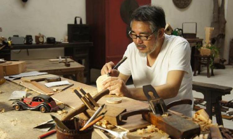Ông Trịnh An Toàn đã dành 48 năm để chế tạo ra những đồ dùng bằng gỗ, tặng vợ. Ảnh: 163.com