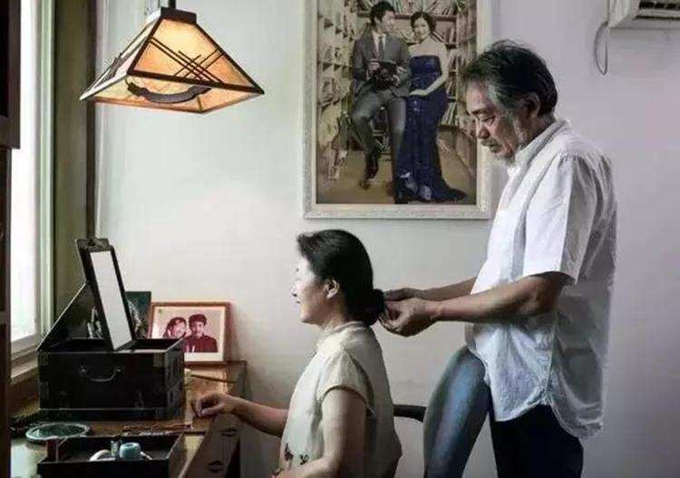 Tình yêu của ông Trịnh dành cho vợ không thể hiện qua lời nói, mà từ những hành động nhỏ. Ảnh: 163.com
