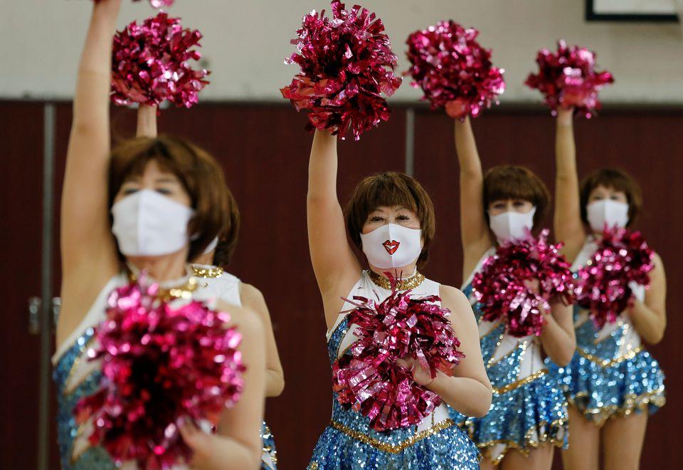 Trong buổi tập gần đây, các thành viên Japan Pom Pom đeo khẩu trang và giãn cách theo quy định. Ảnh: Reuters.