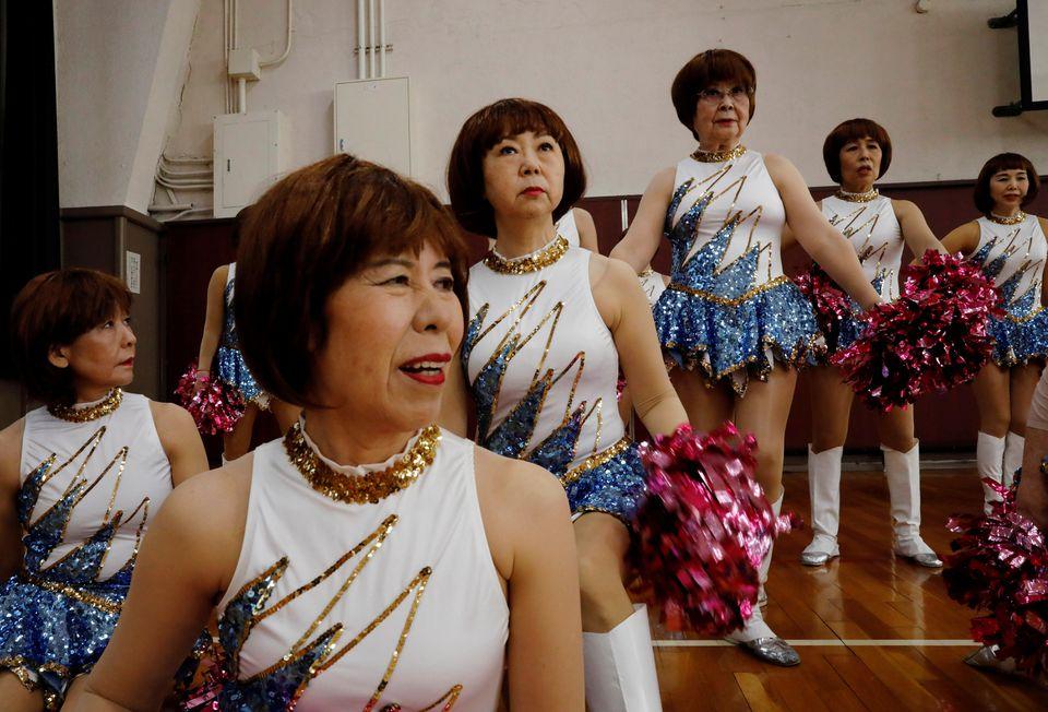 Những bộ trang phục lấp lánh là lý do khiến nhiều cụ bà gia nhập nhóm cổ vũ. Ảnh: Reuters.