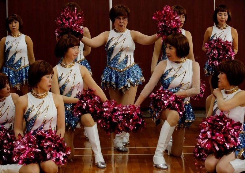 Nhóm Japan Pom Pom chụp ảnh kỷ niệm trước buổi biểu diễn online ở Tokyo ngày 21/4. Ảnh: Reuters.