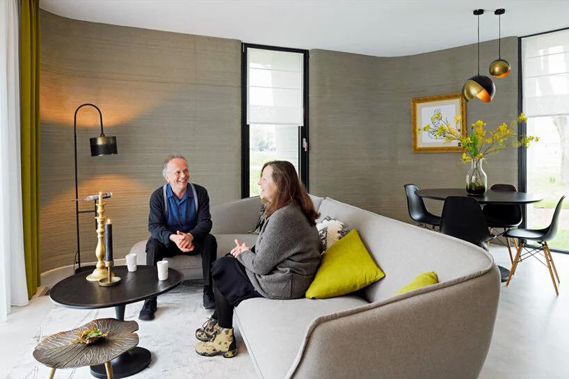 Vợ chồng Lutz trong ngôi nhà in 3D. Ảnh: CNN.