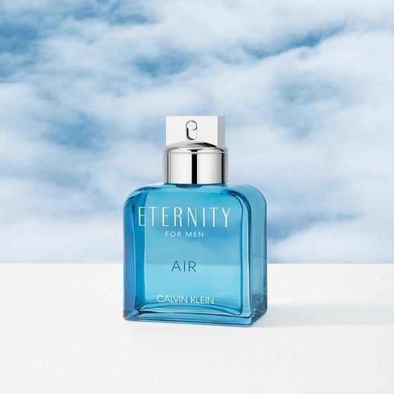 Nước hoa Eternity Air của thương hiệu Calvin Klein 30ML - Xanh 690.000đ(- 33 %)  là một hương thơm thuộc nhóm hương Fougre, mang đến trải nghiệm tươi mới với thành phần mặn mòi. Ngoài tính thoáng mát, sự pha trộn tạo nên các hiệu ứng thơm lạ của hoa oải hương và táo xanh, chơi vơi với những đợt sóng êm dịu của hương biển và sự tươi mới của hương cam. Hoắc hương thống nhất hòa cùng rong biển và quả bách xù, truyền một cảm giác về sức mạnh của thiên nhiên và yên tĩnh được cung cấp bởi một hỗn hợp thảo dược biển.Hương Đầu: Quả Cam, Quả Bách Xù, Hương biển, Ozonic.Hương giữa: Hoa Oải Hương, Táo Xanh, VioletHương cuối: Rong biển, hoắc hương, Ambergris (long diên hương).