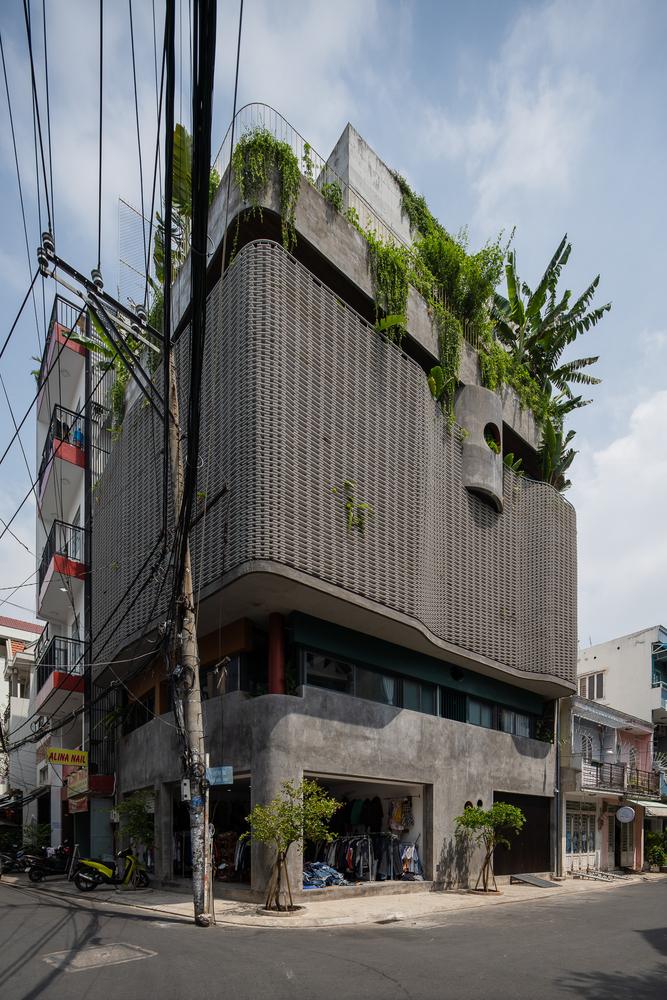 Nhìn từ bên ngoài, ngôi nhà nổi bật với lớp áo màu xám.