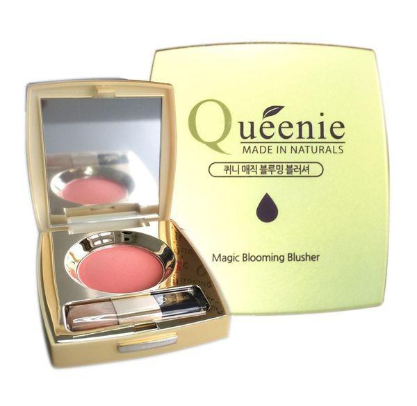 Phấn má hồng Queenie có kết cấu hạt phấn mịn, độ bám cao. Màu sắc tươi tắn, hợp với hầu hết các layout make-up  kèm ánh ngọc trai, giúp gương mặt bắt sáng, thêm phần rạng rỡ. Sản phẩm có ba màu hồng phấn, hồng cam và cam, giá giảm đến 30% còn 175.000 đồng.