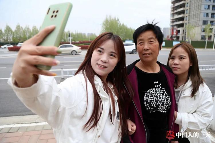 Hai chị em chụp ảnh với mẹ của Trương Lệ. Ảnh: qq
