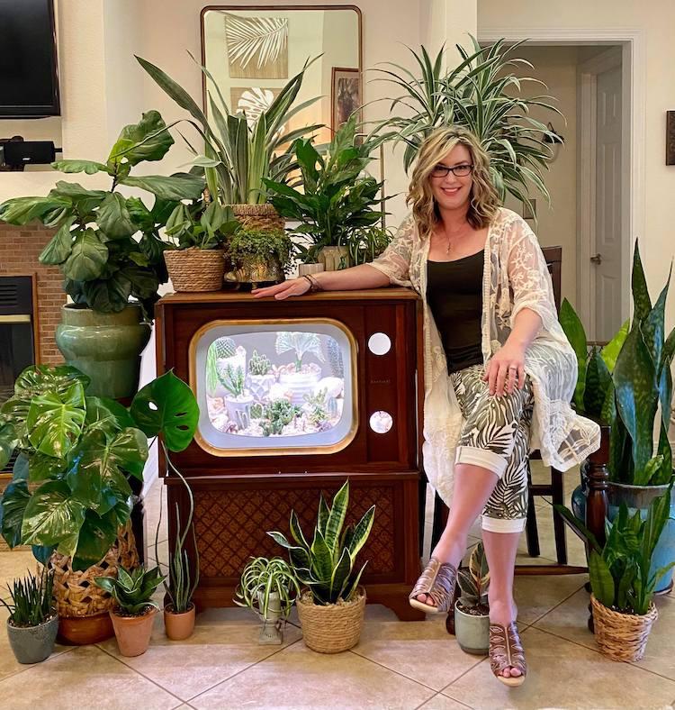 Tarrah bên khu vườn trong tivi và các loại cây xanh của mình.