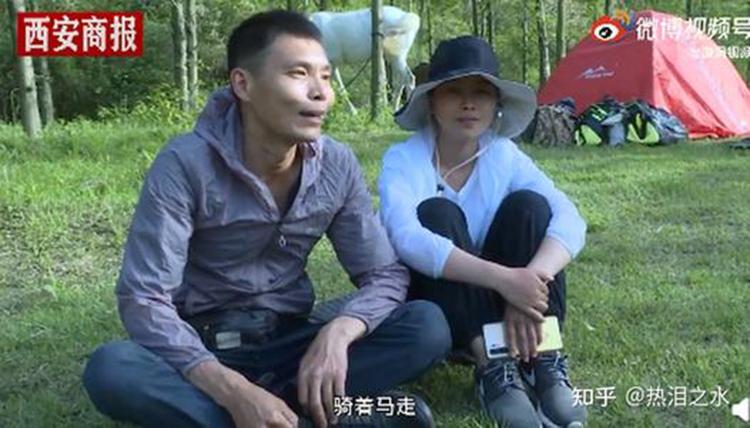 Vợ chồng Trịnh Cảnh Thái ngao du trên lưng ngựa hơn một năm qua. Ảnh: weibo.