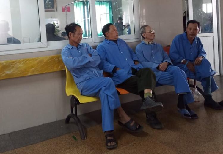 Ông Chiến (ngoài cùng bên trái) điều trị tại viện K khi dịch Covid-19 chưa bùng phát. Ảnh: Nhân vật cung cấp.