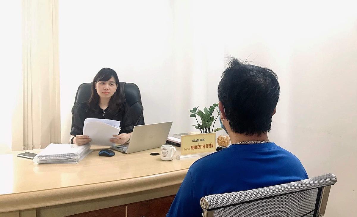 Luật sư Tuyến đang tiếp nhận một hồ sơ ly hôn của một người đàn ông gần 60 tuổi. Ảnh: P.D.